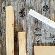 Kontaktplast Paternoster med drivved-design og tannhjul. Perfekt på veggen, spisebordet eller kommoden ✨   #diy #kontaktplast #tre #drivved