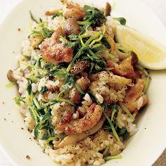 ナンプラーの風味が豆苗と好相性「豆苗とチキンのエスニックチャーハン」のレシピです。プロの料理家・植松良枝さんによる、豆苗、とりもも肉、にんにく、しめじ、ご飯(普通盛り)などを使った、1人分557Kcalの料理レシピです。 How To Cook Rice, Junk Food, Japanese Food, Risotto, Side Dishes, Spaghetti, Food And Drink, Asian, Homemade