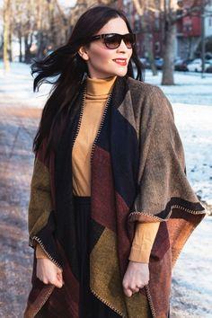 Kleidermädchen präsentiert ein winterliche Outfit-Kombination mit Cape und Faltenrock. Mit Rollkragenpullover von asos, Rock von Mango, Stiefeletten von Dressforless, Cape von Topshop und Sonnenbrille von Ralph Lauren.