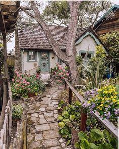 Fairytale Cottage, Garden Cottage, Cottage Homes, Cottage In The Woods, Cottage Style, Cute Cottage, Beautiful Homes, Beautiful Places, Beautiful Scenery