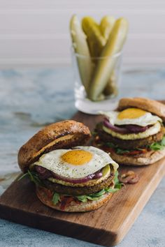Packed summer veg burgers featuring an easy grilled pepper and onion relish, grilled zucchini, and a fried egg to take it over the top. Onion Recipes, Egg Recipes, Real Food Recipes, Healthy Recipes, Pepper Recipes, Vegetarian Protein, Vegetarian Burgers, Veggie Burgers, Arugula Recipes