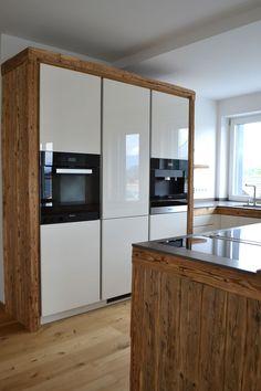Küche im Altholzstile.  Hier wurde mit Altholzbalken gearbeitet.
