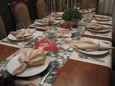KIT CAMINHOS DE MESA MAXI FLORES - Para mesa de 6 lugares  COMPOSTO POR 3 peças:  - um caminho de mesa, medindo 2.20 x 42 cm (R$ 68,00)  - 2 caminhos de mesa, medindo 1.60 x 42 cm (2 x R$ 45,00)  Valor total R$ 158,00      Composição dos tecidos; floral 100% algodão e liso 70% algodão e 30% polie...