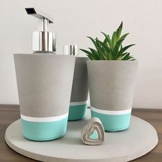 Image shared by sincerelylucy. Find images and videos about flower, diy and creative on We Heart It - the app to get lost in wh… Cement Art, Concrete Crafts, Concrete Projects, Cement Flower Pots, Diy Concrete Planters, Painted Plant Pots, Beton Diy, Diy Holz, Handmade Home Decor