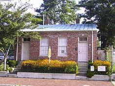 Thomas Edison House Located in the Butchertown Neighborhood 729-731 East Washington Street Louisville, KY 40202