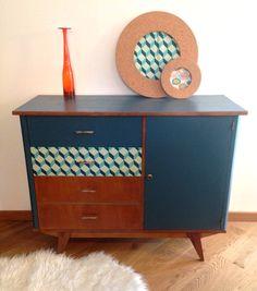 """Buffet vintage """"Gaspard"""" entièrement restauré. Il apportera une petite touche vintage à votre intérieur avec ses pieds compas et ses couleurs tendances : du « Bleu Gris », du « vert emeraude », et un joli tissu """"imprimés géométriques"""" !"""