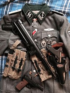Hauptsturmführer of Waffen-SS MP 40 P. Military Art, Military History, Military Fashion, Ww2 Uniforms, German Uniforms, Military Uniforms, Army Uniform, Germany Ww2, Fukushima