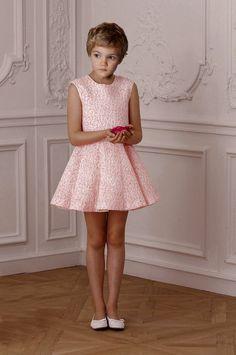 Kleid gezwungen im junge Kleine Jungs