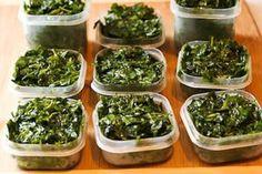 Cómo congelar la albahaca fresca  Picar al gusto ,cubrirla con aceite de oliva y al congelador