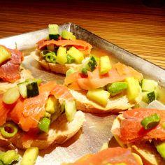 Tartines de palta, mango, verdes y salmón