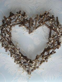 Fotogaléria - Vonku na záhrade som si odrezala pár konárikov a nikto nechápal, na čo mi budú. Keď som im ukázala výsledok, neverili vlastným očiam Twig Crafts, Nature Crafts, Home Crafts, Diy And Crafts, Scrap Wood Crafts, Paper Crafts, Heart Diy, Heart Crafts, Driftwood Projects
