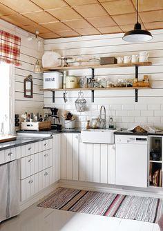 Keittiössä säästettiin alkuperäinen vaneripaneelikatto. Kaapit ovat Serlan, mutta ovet ja laatikoiden päädyt on teetetty. Graniittitasot ovat Kurun kiviveistämostä. Elämää nähnyt räsymatto viimeistelee tyylin, se löytyi Kaijan vaarilasta.Leski sisusti kodistaan kauniin mummolan
