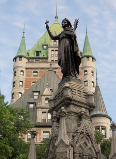 Quebec City, Canada Most Beautiful Cities, Beautiful Places To Visit, Amazing Places, Old Quebec, Quebec City, Chrysler Building, Chateau Frontenac, Le Petit Champlain, Immigration Canada
