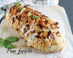 Pane farcito un semplice antipasto fatto con un filone di pane senza sale inciso a losanghe e condito con un olio aromatizzato ai pomodori secchi.