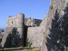 Il castello #Malaspina di Santo Stefano d'#Aveto troneggia massiccio al centro del borgo. Siamo in montagna, ma a due passi dal mare!