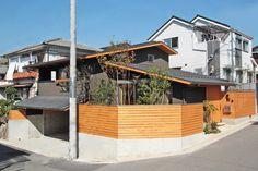 敷地の高低差を利用し、掘り込みガレージを設けました。 Craftsman Exterior, Modern Craftsman, Japanese Aesthetic, Random House, Japanese House, Wood Accents, Architecture Design, Diy And Crafts, House Design