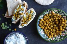Curry fried chickpeas and herb yogurt in pita bread recipe in english at the bottom of the page👇🏽 Pita Bread, Small Meals, English Food, Chana Masala, Bread Recipes, Yogurt, Meal Prep, Crockpot, Fries