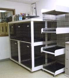 racks for crates/cages - Salon İdeas Dog Grooming Shop, Dog Grooming Salons, Dog Grooming Business, Poodle Grooming, Dog Kennel Designs, Kennel Ideas, Dog Yard, Pet Kennels, Dog Salon