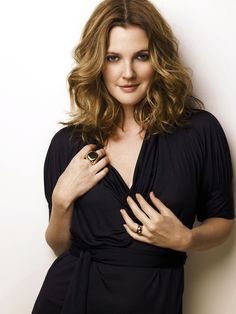drew barrymore makeup and hair Women crush! Drew Barrymore Haare, Drew Barrymore Style, Drew Barrymore Quotes, Curvy Celebrities, Celebs, Barrymore Family, Divas, Actrices Hollywood, Haircut And Color