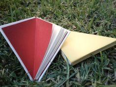 Cuadernos triangulares artesanales cocidos a mano.