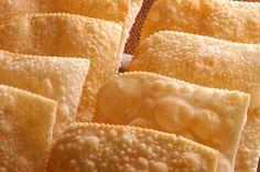 A Massa de Pastel com 2 Ingredientes é fácil de fazer, econômica e fica muito sequinha e saborosa. Experimente! Veja Também: Pastel de Feira Sequinho INGRE