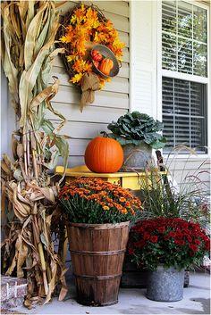 Popular Fall Outdoor Decorating Ideas That Looks Cool Halloween Veranda, Halloween Porch, Rustic Halloween, Halloween Wreaths, Halloween Decorations, Front Porch Makeover, Farmhouse Front Porches, Diy Porch, Porch Ideas