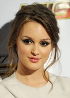 Leighton Meester looks chic with a messy updo that is easily achieved with a hair claw. For relaxed hair that is red carpet ready, loosely twist at the back and secure with a sparkling hair claw clip. Up Hairstyles, Pretty Hairstyles, Wedding Hairstyles, Bridesmaid Hairstyles, Bridal Hairstyle, Bridal Updo, Hairstyle Ideas, Top Fashion, Fashion Usa