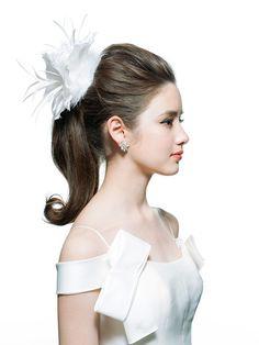 トップに高さをもたせているので、小顔効果もあり。ただし、面長の人はより長く見えがちなので避けたい。トップ同様サイドもタイトにひっつめすぎない... Wedding Girl, Wedding Beauty, Wedding Looks, Wedding Ideas, Wedding Hair Flowers, Flowers In Hair, Wedding Dresses, Hair Arrange, Wedding Hair Accessories