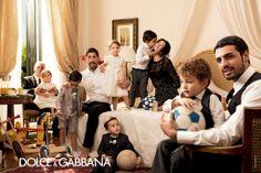 La campaña Primavera/Verano 2014 de Dolce&Gabbana nos transporta a Italia, con unos modelos de bellos rasgos raciales italianos, y con su concepto de familia bien marcado en cada fotografía. Está claro que en Dolce&Gabbana son más italianos que Italia.