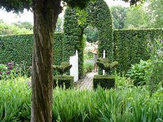 Te Heerlen in het geliefde dorp Welten is gelegen het exclusieve monumentale kasteeltje 'Huys de Dohm' , bouwjaar 1647, met o.a. separate rijtuigenschuur/garage en onder architectuuraangelegde tuin en tuinweide. Het object is via snelle invalswegen, via Maastricht/ Aken, uitstekend bereikbaar. Dit zijn de eerste regels van een advertentie op de bekendste makelaarssite van Nederland. En indit geval zou ikheel…