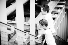 Kinderfotografie zwart-wit Strijp Eindhoven. Foto door Marijke Krekels Fotografie