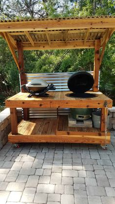 """I made this Bbq Surround Pallet Table to fit a """"Big Green Egg"""" style of barbecue. - I made this Bbq Surround Pallet Table to fit a """"Big Green Egg"""" style of barbecue. I assembled this from various types and sizes of pallets found locally. Wooden Pallet Projects, Wooden Pallet Furniture, Wooden Pallets, 1001 Pallets, Diy Projects, Carpentry Projects, Rustic Furniture, Project Ideas, Backyard Kitchen"""