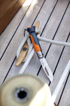 Les couteaux multi-fonctions Opinel sont les compagnons idéaux de toutes vos activités : randonnées, pique-niques, alpinisme, treks, spéléo, nautisme... Pocket Knives, Bushcraft, Outdoor Activities, Industrial Design, Edc, Sailor, Gadgets, Hiking, Camping