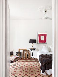 La anticuaria Mavi Lizán vive en un viejo ático en Barcelona. Suelos hidraúlicos, vigas de madera, una enorme cocina y mucho blanco acogen sus antigüedades. Así es su personalísimo almacén decorativo.