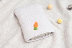 雲朵國胡蘿蔔手機袋。Felted phone case made by Lu Chen(Clouds Country)