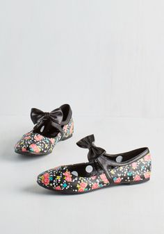 Craniums and Geraniums Flat. Flaunt your knack for edgy-meets-adorable style in these marvelously macabre flats! #black #modcloth