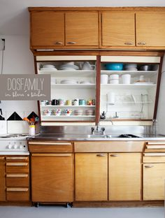 Klara Ripa's retro kitchen via Dos Family, shelf shutters both open. Klara Ripa's retro kitchen via Dos Family, shelf shutters both open. Diy Kitchen Decor, Wooden Kitchen, Kitchen Interior, New Kitchen, Vintage Kitchen, Kitchen Dining, Family Kitchen, Awesome Kitchen, Dining Rooms
