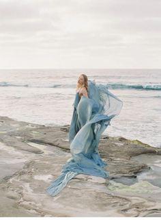 Küsten Sirenen vom Winde verweht - Hochzeitsguide ✰ Fine Art Wedding Photography, Wedding Photography Inspiration, Dusty Blue, Silk And Willow, Models, Industrial Wedding, Female Form, Wedding Blog, Coastal