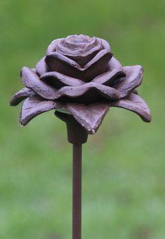 Gietijzeren roos. mooi van structuur en een sieraad in uw tuin. www.robanjer.nl
