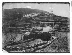 Ίσως η πλέον παλαιά φωτογραφία από το Χωριό, τέλος 19ου αιώνα. Ο Φωτογράφος της εποχής πρέπει να βρισκόταν στην είσοδο του Κάστρου. Διακρίνονται ο Άγιος Νικόλαος (νεκροταφείο), ο Άγιος Σάββας, ο Άγιος Νικόλαος ο Στυλίτης (σήμερα δεν υπάρχει), επίσης τρεις μύλοι, ο πρώτος ήταν του Στέλιου Μάναλη (τσολιάς) και ο τρίτος ψηλά της Χουρσής. Η φωτογραφία είναι από το αρχείο της Βίκης Μάνου Learn To Play Guitar, Playing Guitar, Learning, Studying, Teaching, Onderwijs