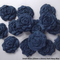 Dark blue and gold, a striking combination for wedding and a wedding cake!