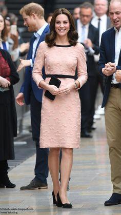 Kate Middleton style: The Duchess of Cambridge wears pink Orla Kiely dress for 'Paddington visit Kate Middleton Outfits, Cabelo Kate Middleton, Style Kate Middleton, Princesa Kate Middleton, Duchesse Kate, Style Royal, Pantyhosed Legs, Look Rose, Pregnant Princess