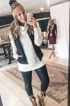 Winter Vest Outfits, Snow Outfits For Women, Leggings Outfit Winter, Leather Leggings Outfit, Boots And Leggings, Casual Fall Outfits, Outfits With Vests, Outfit Ideas With Leggings, Cold Weather Outfits Casual