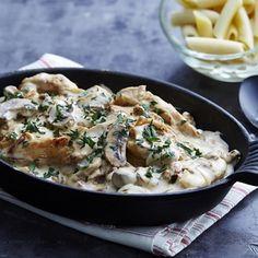 Coupez le poulet en aiguillettes. Pelez et ciselez l'oignon. Nettoyez et recoupez si besoin les champignons en 2 ou en 4.Dans une cocotte bien chaude avec l'huile d'olive, faites colorer les aiguillettes de poulet en les assaisonnant. Ajoutez et faites revenir l'oignon pendant 1 min puis les champignons et faites suer le tout 8 min à feu moyen. Assaisonnez légèrement et déglacez avec le v...