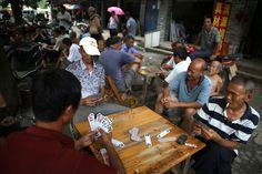 Die einheimische Chinesen beim Kartenspielen beobachten. So lernen Sie die Chinesen durch eine China Reise hautnah kennen.