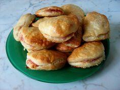 Ízek és élmények: Sonkás-sajtos táska Hungarian Recipes, Hungarian Food, Empanadas, Pretzel Bites, Bacon, Bread, Chicken, Foods, Drinks