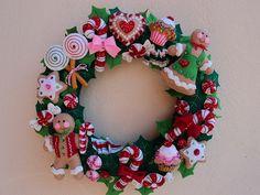 Corona navideña de dulces y galletas.