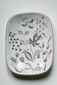 lovely design >>> Stig Lindberg dish for Gustavsberg (Sweden) by… Ceramic Tableware, Porcelain Ceramics, Ceramic Pottery, Kitchenware, Pottery Painting, Ceramic Painting, Ceramic Art, Stig Lindberg, Paint Your Own Pottery