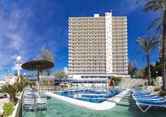 Piscina y fachada del Hotel Poseidón Playa de Benidorm // Pool and hotel building Poseidon Playa