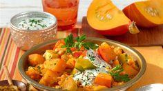 Nicht nur zu Halloween! Kürbis lässt sich ganz wunderbar zu einem leckeren vegetarischen Curry verarbeiten.